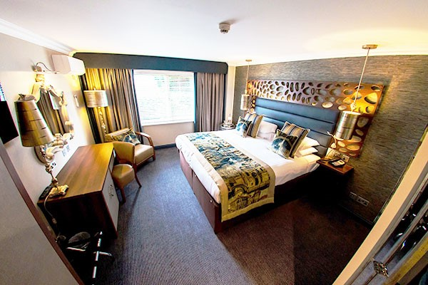 One Night Stay with Dinner and Fizz at Woughton House