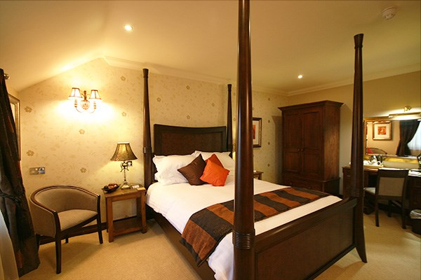 Overnight Luxury Escape with Dinner and Fizz at Three Horseshoes Country Inn
