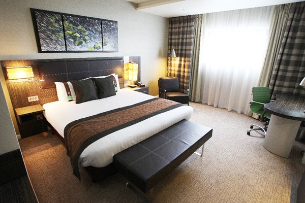 One Night Spa Break with Treatment, Dinner and Fizz at Holiday Inn Reading